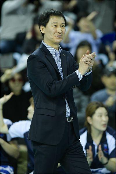 IBK기업은행의 창단 감독을 맡아 정규리그와 챔피언결정전 우승을 3회씩 이끌었던 이정철 전 감독은 2020~2021시즌부터 V-리그 여자부에서 해설위원이라는 새로운 도전에 나선다.(사진=한국배구연맹)
