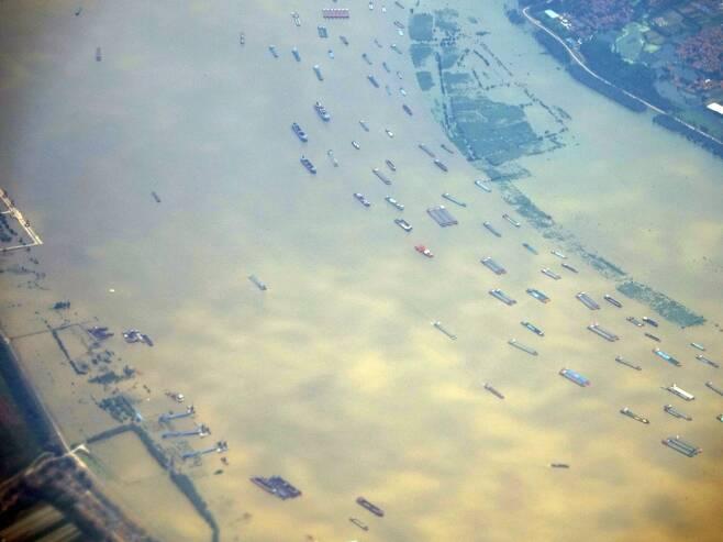 중국 창장 지나는 화물선들 (상하이=연합뉴스) 차대운 특파원 = 22일 중국 창장 후베이성 구간에서 많은 화물선들이 지나고 있다. 창장은 현대에도 내륙 운송의 주요 경로로 활용되고 있다. 2020.7.23   cha@yna.co.kr  (끝)