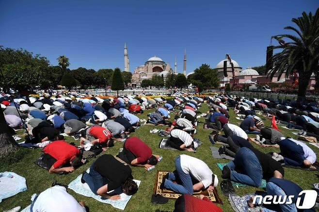 24일 터키 이스탄불의 성소피아 성당에서 이슬람 예배를 드리고 있는 사람들. © AFP=뉴스1