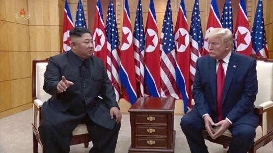 2019년 6월 30일 판문점 남측 자유의 집에서 회담하는 김정은 북한 국무위원장과 도널드 트럼프 미국 대통령.