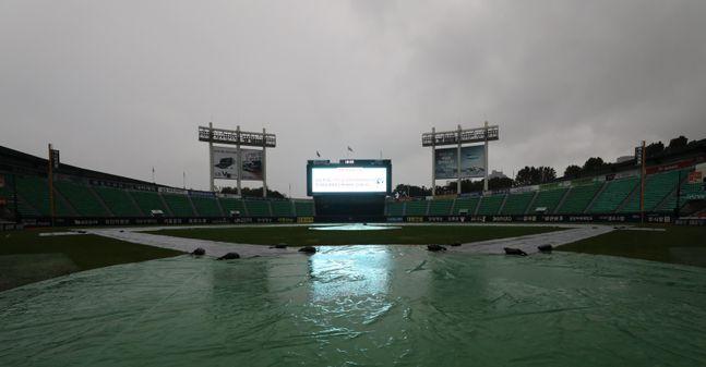 비로 인해 프로야구 경기가 계속해서 취소되고 있다. ⓒ 뉴시스