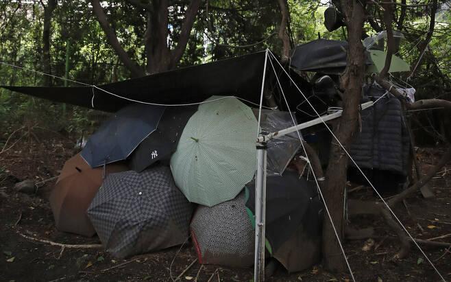 비바람을 막기 위해 여러 개의 우산으로 외벽을 만든 한 노숙인의 천막. 이정아 기자