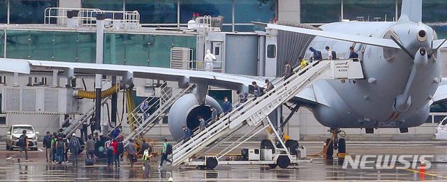 [인천공항=뉴시스] 이영환 기자 =  24일 오전 공군 공중급유기 'KC-330'을 타고 인천공항에 도착한 이라크 파견 근로자들이 급유기에서 내리고 있다. 2020.07.24.   photo@newsis.com