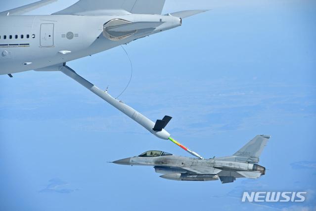 【서울=뉴시스】 공군이 김해기지에서 KC-330 공중급유기 전력화 행사를 실시한다고 30일 밝혔다.    KC-330 공중급유기가 공군 KF-16전투기에 급유를 하고 있다.2019.01.30. (사진=공군 제공)     photo@newsis.com