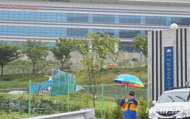 [보은=뉴시스] 김재광 기자 = 이라크 건설현장에 파견됐던 한국인 근로자 290여 명이 24일 인천공항을 통해 귀국했다. 근로자들이 2주간 머물 충북 보은군 장안면 병무청 사회복무연수센터 정문에서 직원이 일반인 출입을 통제하고 있다.2020.07.24kipoi@newsis.com