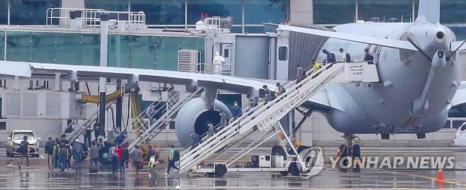 공중급유기에서 내리는 파견 근로자들 (영종도=연합뉴스) 김도훈 기자 = 24일 오전 공군 공중급유기 'KC-330'를 타고 인천공항에 도착한 이라크 파견 근로자들이 급유기에서 내리고 있다.      지난해 도입된 KC-330이 재외국민 이송에 투입된 것은 이번이 처음이며 이날 KC-330 2대는 290여명의 파견 근로자들을 태우고 돌아왔다.  superdoo82@yna.co.kr