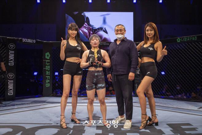 박보현(왼쪽에서 두 번째)가 25일 서울 강서구 KBS아레나홀에서 더블G 04 여성부 스트로급에서 장현지를 누른 뒤 기념촬영을 하고 있다. 더블G 제공