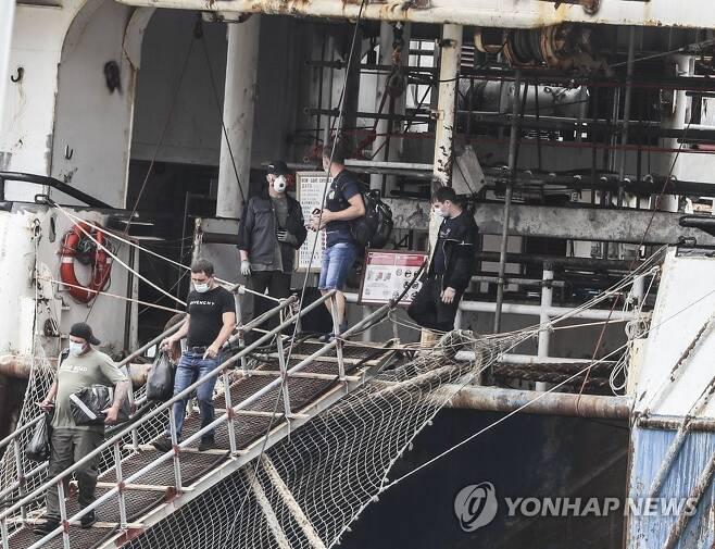 집단 감염 선박서 하선하는 러시아 승선원들 [연합뉴스 자료사진]