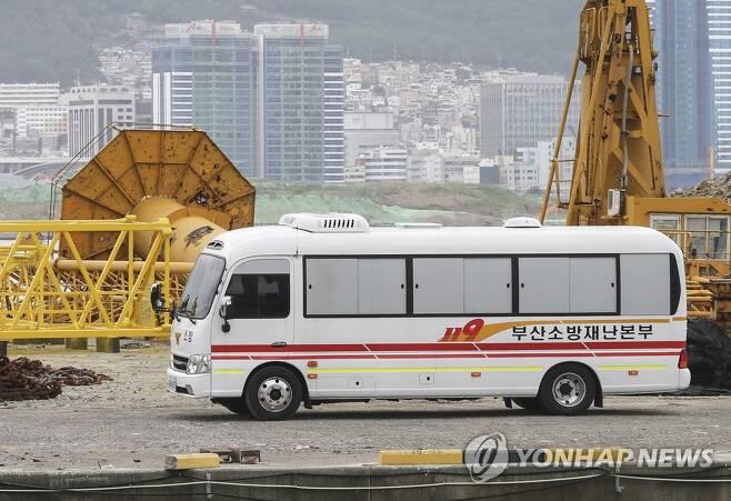 확진 판정을 받은 승선원 부산의료원 이송 [연합뉴스 자료사진]