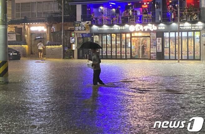 23일 오후 9시58분쯤 부산 연제구 연산5동의 한 도로가 폭우에 물에 잠겼다. (독자 제공) 2020.7.23/뉴스1 © News1 박세진 기자