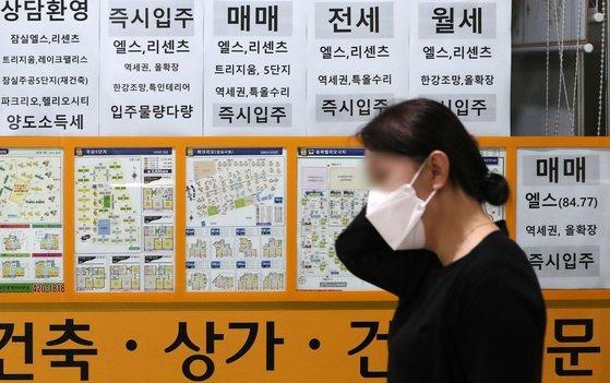 지난 5일 서울 송파구 부동산에 매매, 전세 및 월세 매물을 알리는 안내문이 붙어 있는 모습. 뉴시스