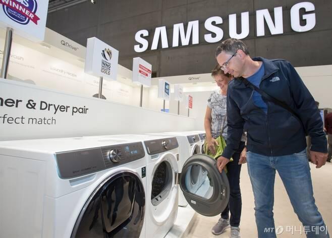 해외 삼성전자 매장에서 현지 소비자가 삼성 세탁기를 살펴보고 있다/사진제공=삼성전자