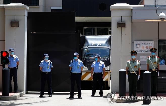 청두 미국 총영사관 앞의 삼엄한 경비 (청두 로이터=연합뉴스) 중국 정부로부터 폐쇄를 요구받은 쓰촨성 청두의 미국 총영사관 정문 앞에서 26일 경찰이 삼엄한 경비를 펼치는 가운데 이삿짐 차 한 대가 영사관 안에서 대기하고 있다. leekm@yna.co.kr