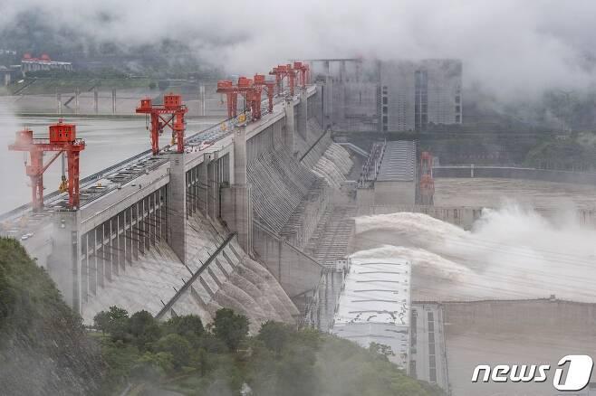 중국 중부 후베이성 이창에 있는 양쯔강의 거대 수력발전 프로젝트인 싼샤댐에서 물이 방출되고 있다. © AFP=뉴스1 © News1 윤다혜 기자