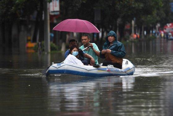 지난 8일 중국 장시성 징더전에서 시민들이 보트를 타고 도시를 이동하고 있다. [신화=연합뉴스]