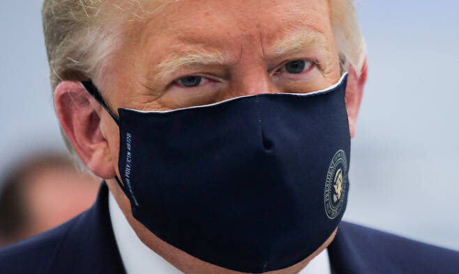 도널드 트럼프 미국 대통령이 27일(현지시간) 미국 대통령 문장이 새겨진 마스크를 쓰고 노스캐롤라이나주 모리스빌에 있는 제약회사 연구소를 방문하고 있다. 모리스빌 로이터연합뉴스