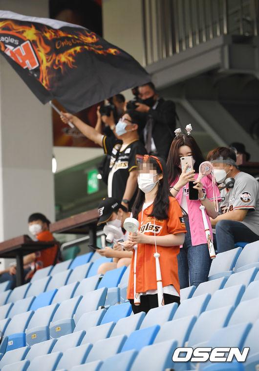 [OSEN=대전, 곽영래 기자] 27일 오후 대전 한화생명이글스파크에서 '2020 신한은행 SOL KBO리그' 한화 이글스와 SK 와이번스의 경기가 열렸다.KBO는 지난 26일부터 야구장 수용 가능 인원의 10% 이내부터 관중 입장을 시작했다.경기장을 찾은 야구팬들이 기념촬영을 하고 있다. /youngrae@osen.co.kr