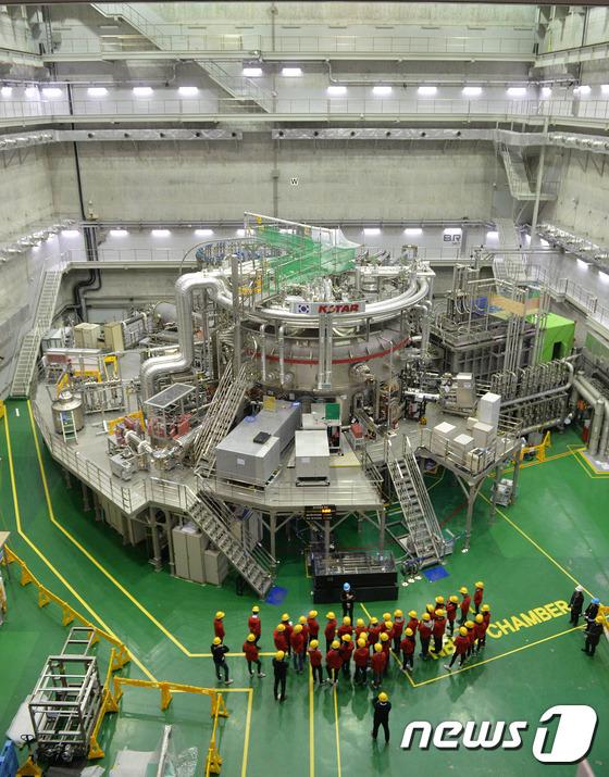 핵융합 실험장치 KSTAR를 견학 온 학생들이 살펴보고 있다.  2017.1.19/뉴스1 © News1 주기철 기자