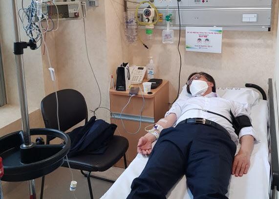 정진웅 부장검사가 종합병원 응급실에서 치료받고 있다며 공개한 사진