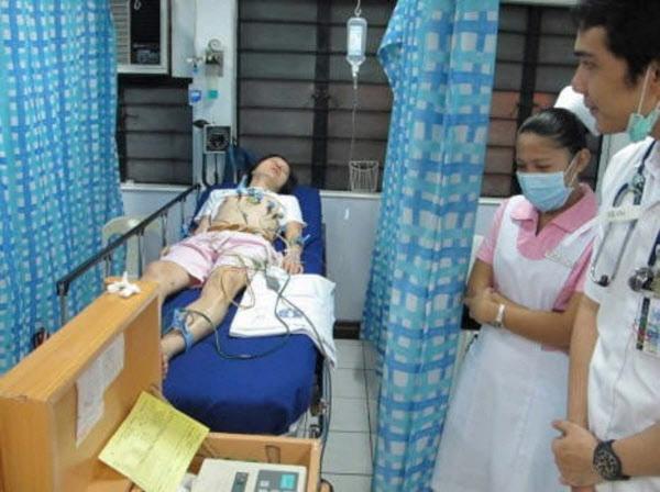 2010년 신정환씨가 필리핀의 한 병원에서 뎅기열에 걸려 입원했다고 주장하며 올린 사진.