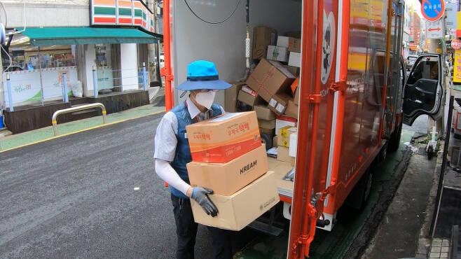 위탁배달원 하루종일 짐을 들고 뛰어다니며 배달을 하는 우체국 위탁배달원 맹창영씨.