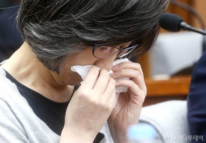 최은영 전 한진해운 회장이 2016년 9월 서울 여의도 국회에서 열린 국회 조선해운산업 구조조정 청문회에서 눈물을 보였다. /사진=홍봉진 기자