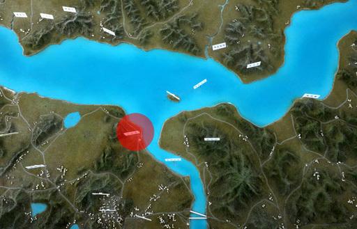 군 당국이 월북한 것으로 추정되는 탈북민 김모씨(24)가 강화도 접경 지역을 통과했을 당시 포착된 영상을 분석중인 가운데 28일 강화도 평화전망대에 설치된 모형 지도에 월북 경로의 시작점으로 추정되는 배수로(빨간원)가 보이고 있다. 위쪽은 북한. 뉴스1