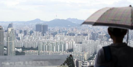 28일 한 시민이 서울 강남구 대치·개포동 일대 아파트를 바라보고 있다. 연합뉴스