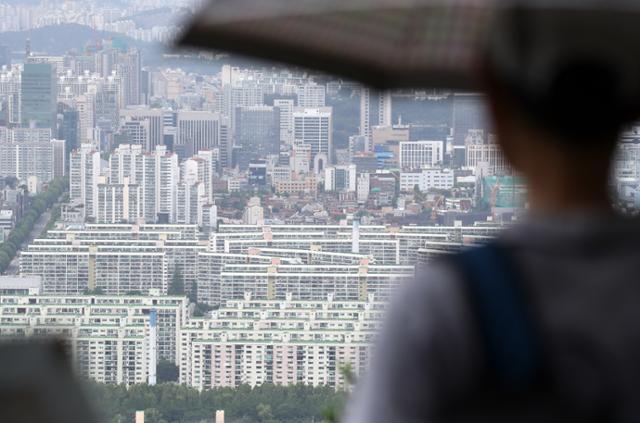 28일 한 시민이 서울 강남구 대치ㆍ개포동 일대 아파트를 바라보고 있다. 연합뉴스