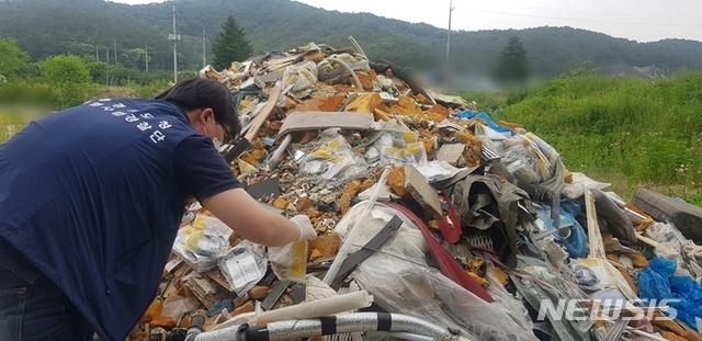 【수원=뉴시스】 경기도 특사경이 불법폐기물 무단투기 현장을 확인하고 있다.(사진제공=경기도)