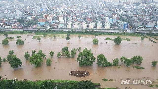 [대전=뉴시스]30일 오전 폭우로 물에 잠긴 대전 안영교 일대 유등천 모습(사진=독자제공)
