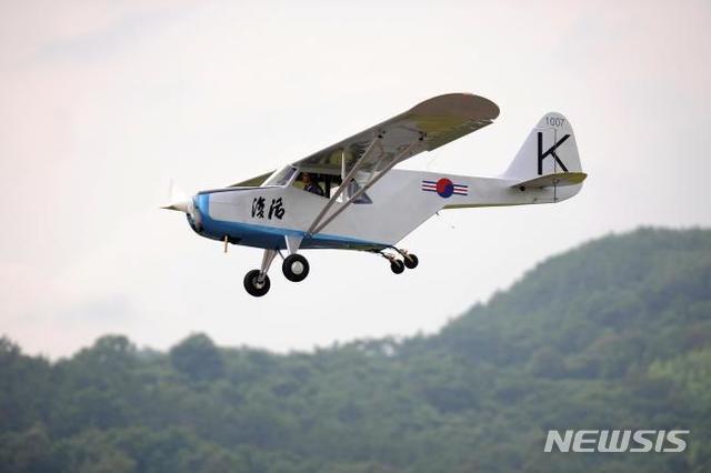 [서울=뉴시스] 지난 2011년 7월 공군3훈련비행단에서 개최된 개량 복원 기념식에서 비행 중인 '부활호'. 2020.07.30. (사진=공군사관학교 제공)