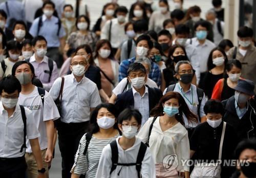 (도쿄 로이터=연합뉴스) 30일 일본 도쿄도(東京都)에서 마스크를 쓴 사람들이 이동하고 있다.