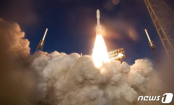30일 플로리다주 케이프커내버럴 공군기지에서 미국의 화성탐사 로버 '퍼서비어런스'가 우주선에 실려 발사되고 있다. © AFP=뉴스1