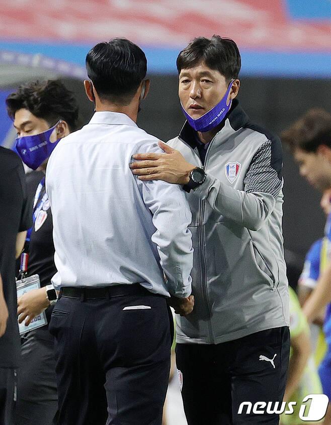 이임생 전 수원삼성 감독(오른쪽)과 최용수 FC서울 전 감독. /뉴스1 © News1 김진환 기자