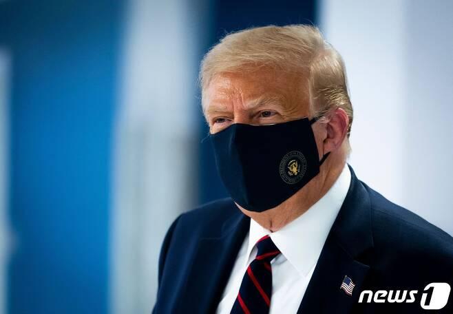 도널드 트럼프 미국 대통령이 30일(현지시간) 워싱턴에 위치한 미국 적십자 본부를 마스크를 쓰고 방문하고 있다. © AFP=뉴스1 © News1 우동명 기자