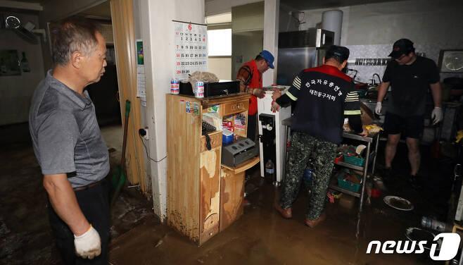 대전지역에 폭우피해가 속출한 30일 오후 대전 동구 가양동 도로변에 위치한 상점에 침수 피해가 발생해 상인 및 자원봉자사들이 복구작업을 하고 있다. 이 날 충청지역에 천둥·번개를 동반한 시간당 100mm 이상의 폭우가 쏟아지면서 주택과 도로가 침수되는 등 크고 작은 피해가 잇따랐다. 2020.7.30/뉴스1 © News1 장수영 기자