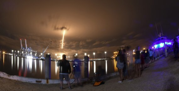 지난 6월3일(현지시간) 미국 플로리다주 케이프커내브럴에서 스페이스X의 여덟번째 스타링크 위성이 실린 팰콘9 로켓이 발사되고 있다.AP뉴시스