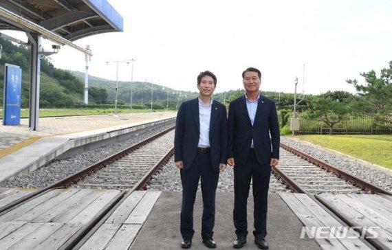 [서울=뉴시스] 이인영 통일부 장관이 31일 동해선 최북단 기차역인 제진역을 방문했다. 2020.07.31. (사진=