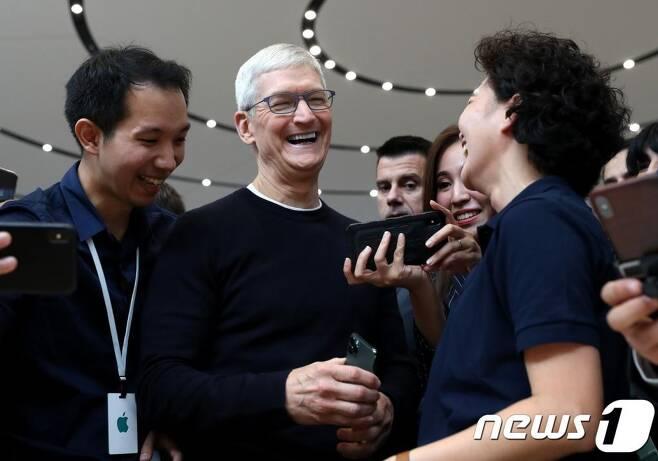 (쿠퍼티노 AFP=뉴스1) 우동명 기자 = 팀 쿡 애플 CEO가 10일(현지시간) 캘리포니아주 쿠퍼티노 본사에서 열린 연 전 세계 미디어를 대상으로 한 행사서 참석자와 얘기를 나누고 있다. 애플은 이날 트리플 카메라가 탑재된 아이폰 11 프로- 프로 맥스를 공개하고 아이패드, 애플워치 등의 하드웨어 신제품도 선보였다.  ⓒ AFP=뉴스1