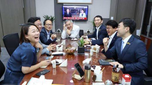 최강욱 열린민주당 대표는 지난 30일 페이스북에 황운하 의원을 비롯한 박주민·이재정·김용민·김승원·김남국 의원 등과 함께 찍은 사진을 공개했다/사진=최강욱 페이스북 캡처