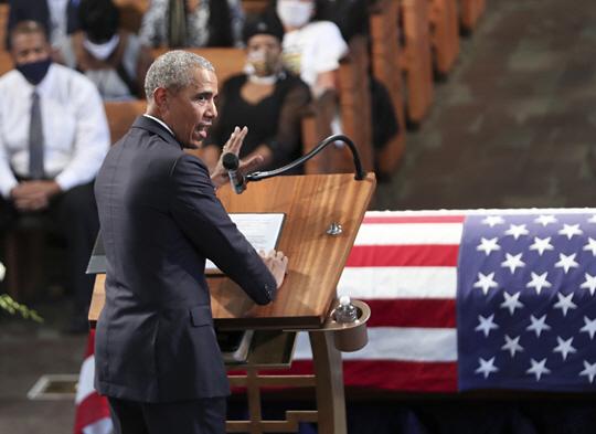 버락 오바마 전 미국 대통령이 30일 조지아주 애틀랜타의 에베네저 침례교회에서 열린 존 루이스 하원의원의 장례식에 참석해 추모 연설을 하고 있다.  AP 연합뉴스
