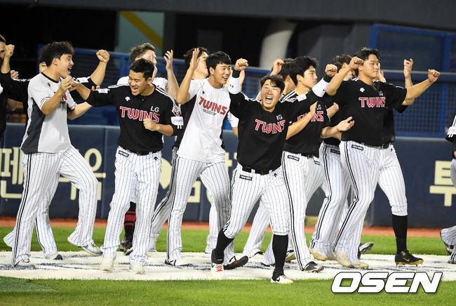 [OSEN=잠실, 지형준 기자] LG 선수들이 승리를 기뻐하고 있다. /jpnews@osen.co.kr