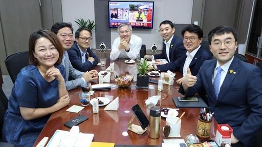 열린민주당 최강욱 대표가 30일 페이스북에 올린 '처럼회' 회원들과 더불어민주당 박주민·이재정 의원 사진. 오른쪽 두번째가 대전 중구를 지역구로 둔 민주당 황운하 의원. 페이스북 캡쳐