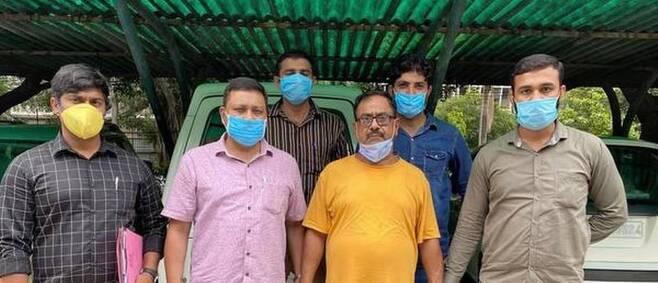 50명 이상 연쇄 살인 배후 샤르마(아래 오른쪽에서 두번째) 인도 매체 힌두 캡처. 재판매 및 DB 금지