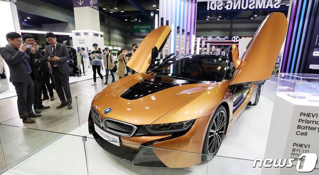 지난해 5월 서울 강남구 코엑스에서 열린 EV(Electric Vehicle) 트렌드 코리아 2019(친환경 자동차 엑스포)에서 관람객들이 삼성 SDI부스에 전시된 BMW I시리즈를 보고 있다. 2019.5.2/뉴스1 © News1 안은나 기자
