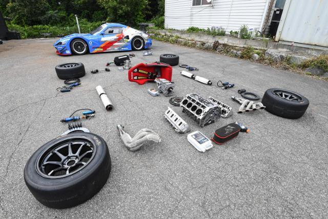 CJ로지스틱스 레이싱팀 미캐닉이 펼쳐놓은 경주용 차량 부품들. 정준희 인턴기자