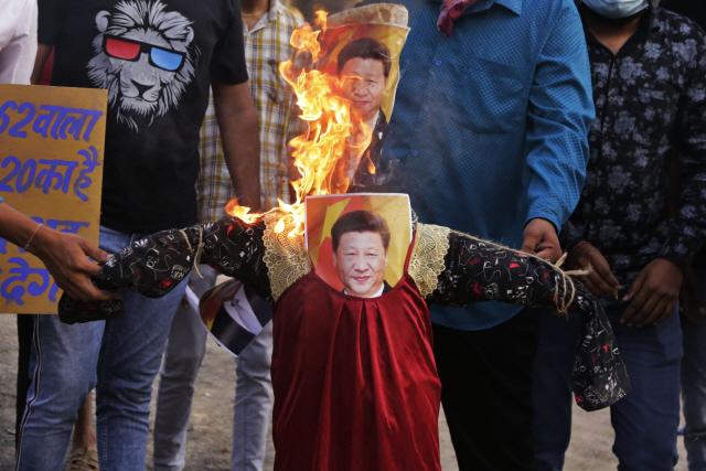 인도의 반중 시위대가 서부 구자라트 주 최대의 도시인 아메다바드에서 시진핑 중국 주석의 꼭두각시와 사진을 불태우고 있다. 중국과 국경 무력 충돌로 인해 인도 내 반중 정서가 확산하고 있다./AP연합뉴스