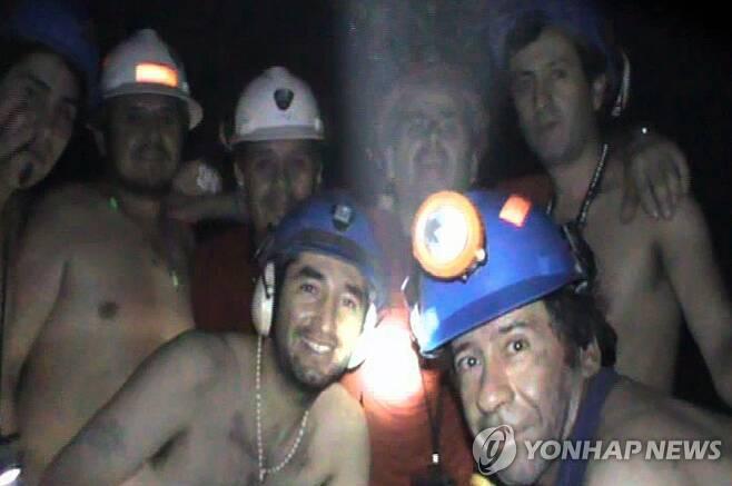 2010년 9월 지하 갱도에 갇혀 함께 사진 찍은 광부들 [칠레 광업부/AFP=연합뉴스 자료사진. 재판매 및 DB 금지]