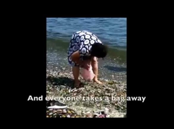유리 해변에서 유리를 주워가는 중국인 관광객의 모습. [러시아 시베리아타임스 유튜브 영상 캡처. DB화 및 재배포 금지]
